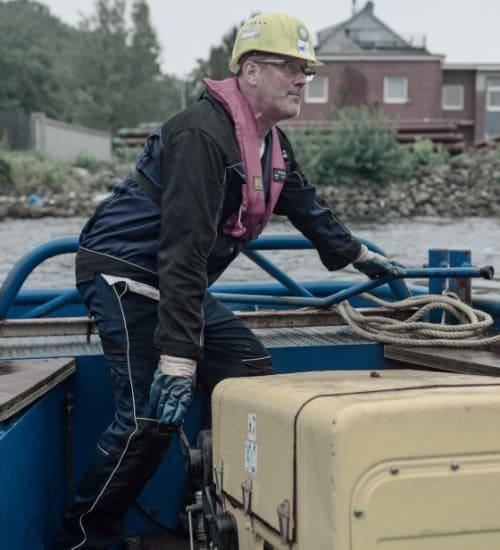 Mitarbeiter von Wittmann Ponton auf einem Arbeitsboot