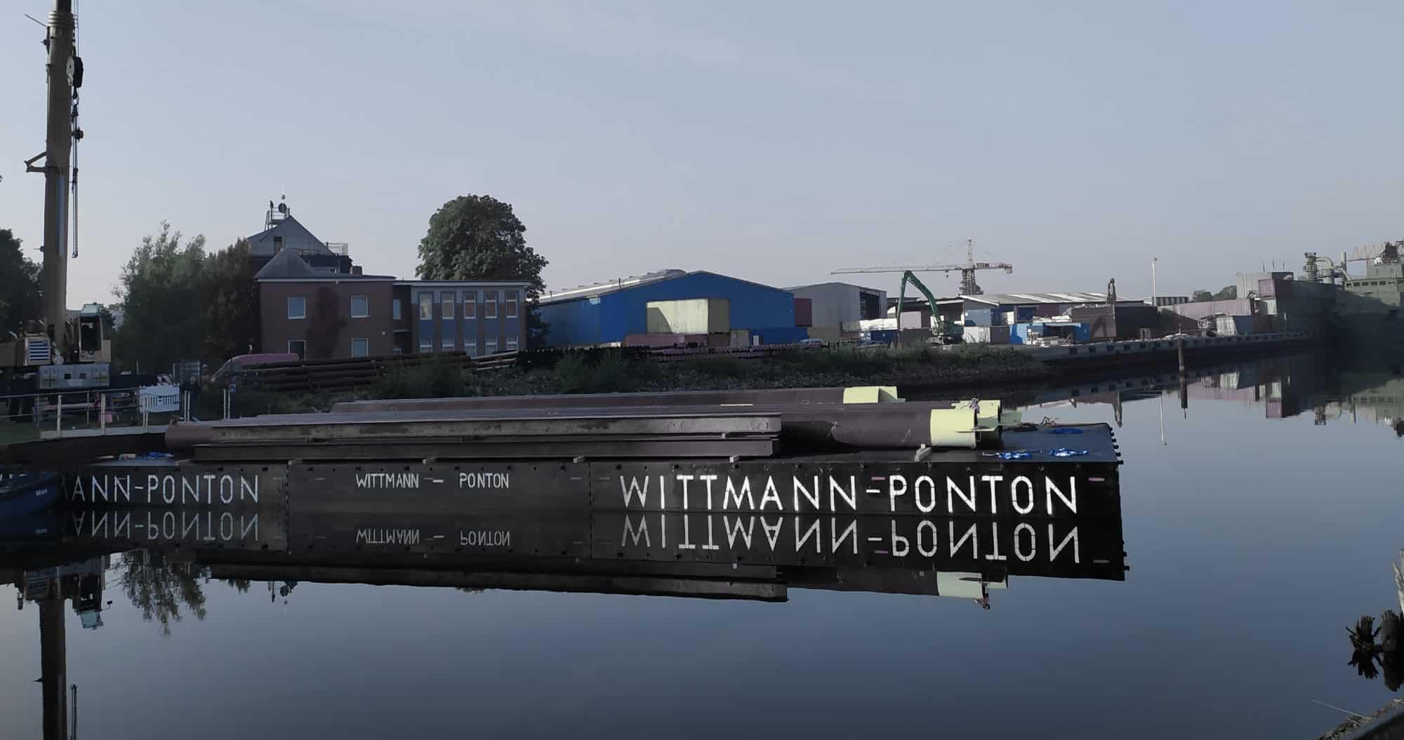 Flexifloats auf dem Wasser mit Stahlträgern