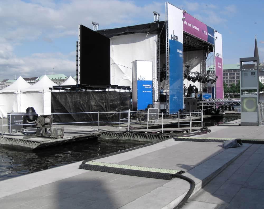 Eine Bühne auf dem Wasser auf Koppelpontons